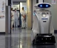 À l'hôpital, Franzi, robot nettoyeur, chante et papote avec les patients