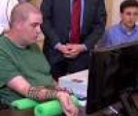 Un patient paralysé parvient à commander sa main  par la pensée !
