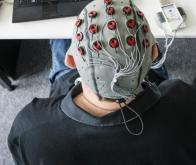 Maladie d'Alzheimer : le CHU de Montpellier teste un casque susceptible de ralentir la progression ...