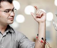 Un bras artificiel contrôlé par la pensée !