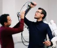 Un exosquelette activé grâce à des implants installés dans le cerveau d'un homme tétraplégique