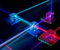 Un matériau inédit pour les interactions entre lumière et matière
