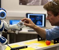 Un robot humanoïde capable de transmettre des connaissances entre les équipages de stations ...