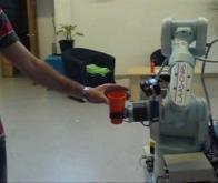 Une IA qui permet à un robot de bien saisir un objet tendu par un humain