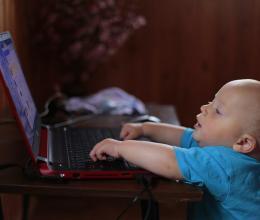Avons-nous conscience des conséquences du libre accès des jeunes enfants aux écrans ?