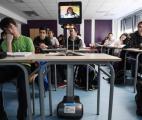 Des robots permettent à des lycéens, absents pour cause de maladie, d'assister à leurs cours