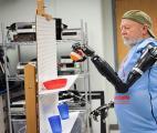 Première mondiale aux Etats-Unis : un homme contrôle ses deux bras bioniques par la pensée !