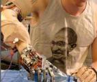 Une main robotisée contrôlable par les ondes cérébrales